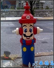 国外酷爱马里奥的玩家,自行在消防栓进行的一次涂鸦绘画。