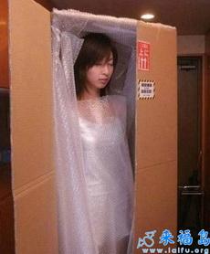 住宾馆时服务员送来一个箱子打开后我震惊了!