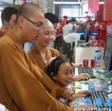 Los monjes se ponen al día también.