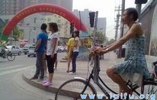 这爷们穿裙子骑单车太拉风了