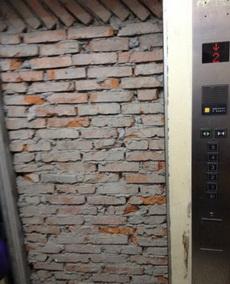 电梯一开门我就吓尿了,当时就我一个人,深夜。鬼打墙啊……打墙……