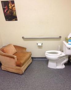 沙发放马桶对面真的好吗?