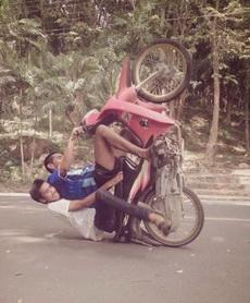 这样开摩托太危险了