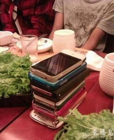 朋友聚餐,谁先拿手机谁买单