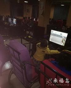 网吧看到一个两岁孩子玩CF,太夸张了