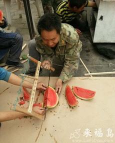工地上是这样吃西瓜的,看起来好残忍