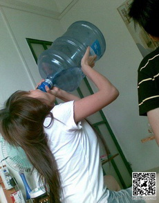 竟然有女人这样喝水