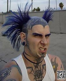 纹身和发型都霸气外露