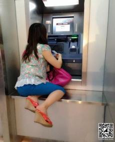 今天取钱时看见一位大姐是这样取钱的,霸气外漏啊!