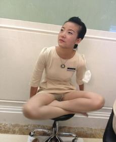 妹纸你这是在上班呢,瑜伽还是回家练吧