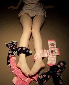 哪位哥哥帮小妹挑双袜子呢,小妹实在不知道穿哪双好啊!