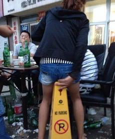 大姐,真的找不到椅子了么?