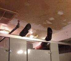 妹子,你在厕所究竟干什么呢?