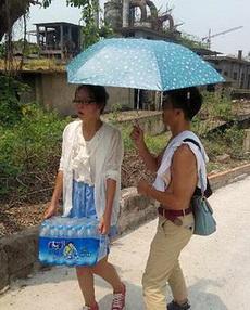 大热天给女神撑伞的细心暖男!