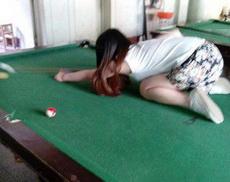 妹子,你不会打台球就别打了