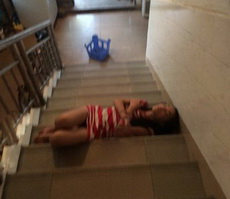 妹子睡楼梯多凉啊,来到我床上睡!