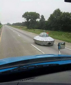 路上偶遇飞碟