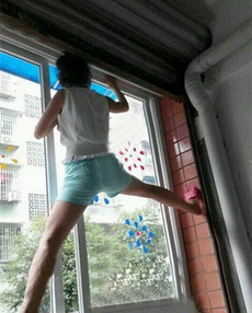女汉子都是这么擦窗户的