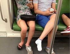 咦?妹子你的那只鞋呢?
