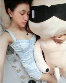 這么漂亮的妹子抱著它睡,可惜了。
