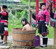 少数民族都是这样子洗澡的,还有两保安