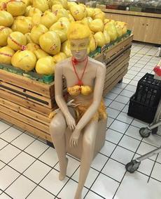 超市大妈,你能让模特有点尊严不!