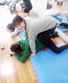学舞蹈玩手机都不忘劈腿
