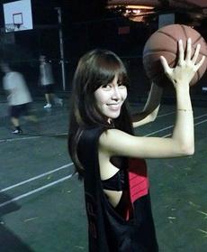 妹子这样跟你打篮球的话,宅男就直接跪了吧