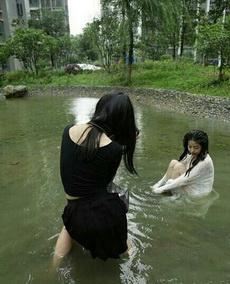 村长,好大的雨!村东头,李寡妇家淹啦