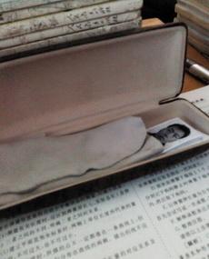 我打開了同桌的眼鏡盒