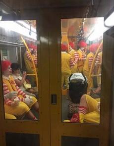 电车里看到的麦当劳叔叔!这是要去找肯德基打架吗?