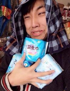二货青年帮媳妇买姨妈巾时候的表情