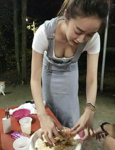 妹子吃皮皮虾的姿势很消魂啊