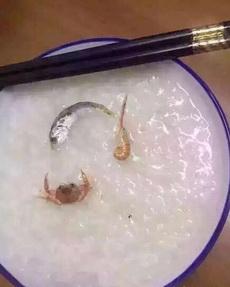 老板:来碗海鲜粥。