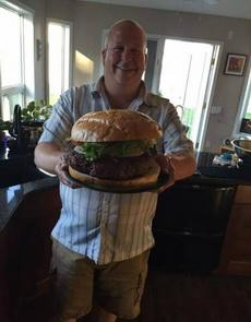 最近吃不了多少東西,一個漢堡就飽了。