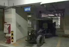 睡不着!听说台风来了,赶紧把我的爱车开到车库里停好,好担心台风将它吹走