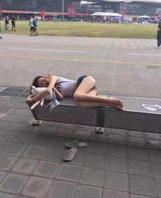 看到妹子这样睡大街,真心疼