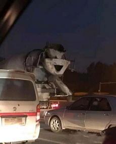一个看起来很开心的混凝土车