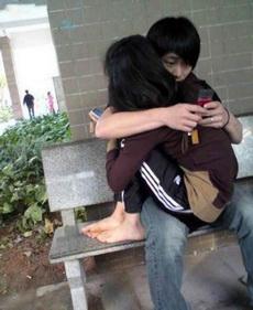 学校里的情侣简直要逼死单身狗