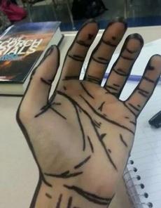 手上画几笔就好像从二次元出来的