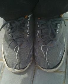 周末和舍友出去做兼职,这货不小心把鞋弄坏了,然后聪明的他想到了这个办法