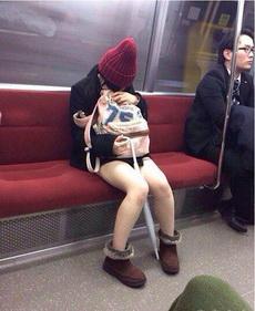 姑娘,雨伞不挡寒风啊