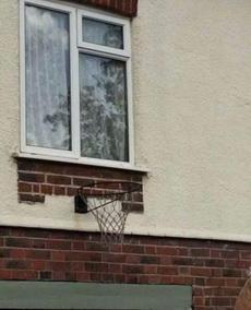 他家的窗户经常换