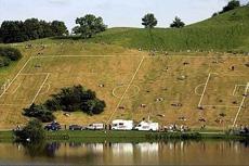 在这个场地踢足球可真有一定难度