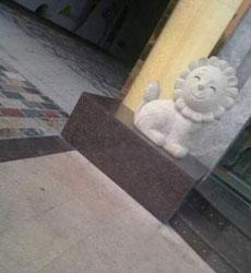 Qué adorable es este león de mármol