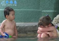 惊现,一裸体男子在某浴池欺负一漂亮MM~~~(附图)~~~非常令人气愤~~~
