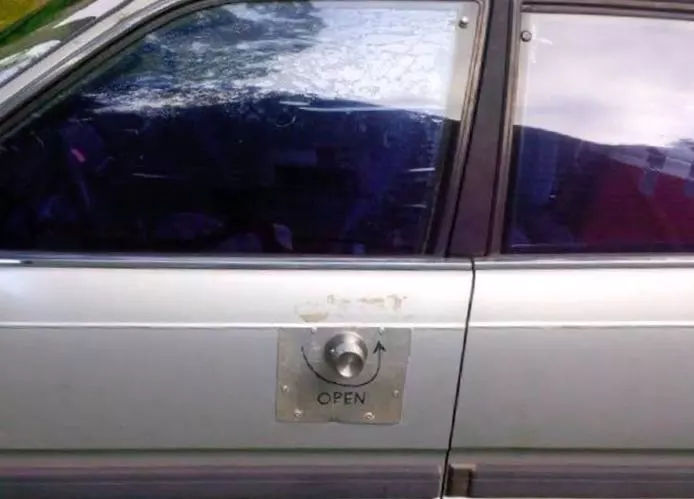 车主说推拉式的门把手不好用,我给他改了个手拧的,难道不好吗?