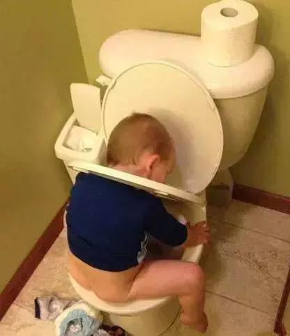 孩子,马桶不是这么用的