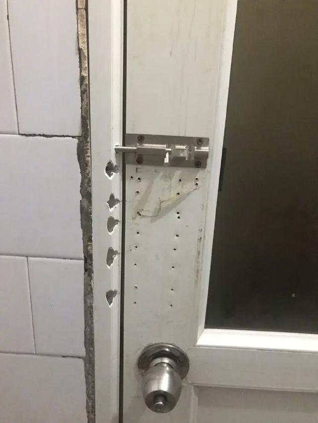 這個廁所門好像很有故事